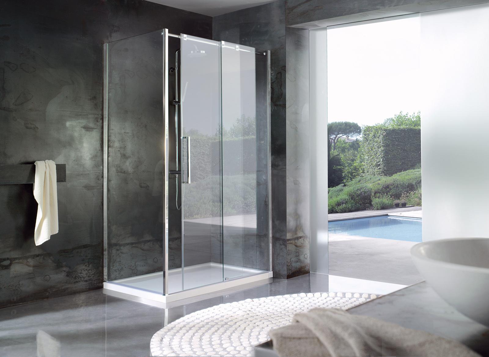 Soluzioni con pareti doccia in cristallo e piatti doccia di grandi dimensioni...